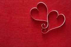 Fond de Saint Valentin, coeurs de papier fait main sur le feutre de rouge Photo libre de droits