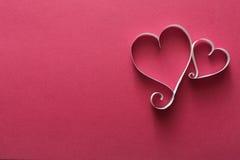 Fond de Saint Valentin, coeurs de papier fait main sur le rose Image libre de droits