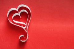 Fond de Saint Valentin, coeurs de papier fait main sur le rouge Photo libre de droits