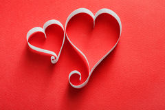 Fond de Saint Valentin, coeurs de papier fait main sur le rouge Images stock