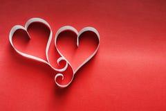 Fond de Saint Valentin, coeurs de papier fait main sur le rouge Images libres de droits