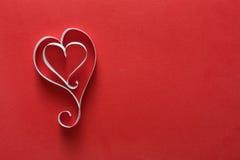 Fond de Saint Valentin, coeurs de papier fait main sur le rouge Photos stock