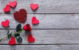 Fond de Saint Valentin, coeurs et fleur rose sur le bois Photos stock