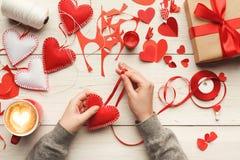 Fond de Saint Valentin, coeurs faits main d'oreiller sur le bois, l'espace de copie Photo stock