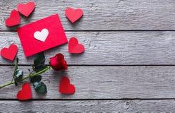 Fond de Saint Valentin, coeurs faits main et fleur rose sur le bois Photographie stock libre de droits