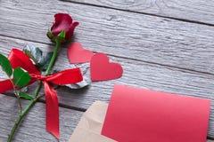 Fond de Saint Valentin, coeurs faits main et fleur rose sur le bois Photos libres de droits