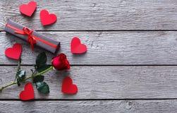 Fond de Saint Valentin, coeurs faits main et fleur rose sur le bois Photo stock