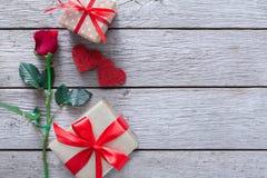 Fond de Saint Valentin, coeurs faits main et fleur rose sur le bois Image stock