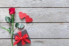 Fond de Saint Valentin, coeurs faits main et fleur rose sur le bois Images libres de droits