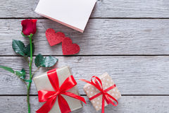 Fond de Saint Valentin, coeurs faits main et fleur rose sur le bois Images stock