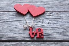 Fond de Saint Valentin, coeurs faits main sur le bois avec l'espace de copie Images libres de droits