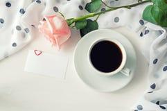 Fond de Saint Valentin de St - la tasse de café, s'est levée, masque la carte d'amour Photographie stock