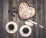 Fond de Saint Valentin de vintage Shap fait maison de coeur de tarte aux cerises Photographie stock libre de droits