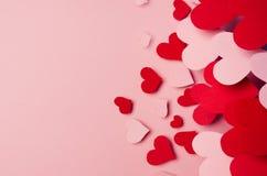 Fond de Saint Valentin des coeurs rouges et roses de papier de mouche sur le contexte rose de couleur Copiez l'espace Photo stock