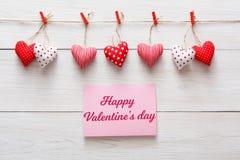 Fond de Saint Valentin, frontière de coeurs d'oreiller sur le bois, l'espace de copie Photos libres de droits