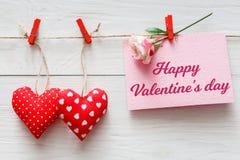 Fond de Saint Valentin, frontière de coeurs d'oreiller sur le bois, l'espace de copie Images stock