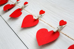 Fond de Saint Valentin, frontière de papier de coeurs sur le bois, plan rapproché Photo stock