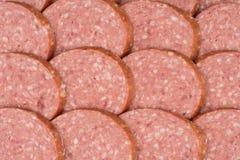 Fond de salami avec beaucoup de morceaux coupés en tranches de salami Images stock