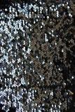 Fond de scintillement métallique d'échelles de paillettes, paillettes rondes dans la robe de mode images libres de droits