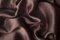 Fond de soie de chocolat de Brown Le tissu lisse ondule la texture de fond couleur de mode photographie stock libre de droits