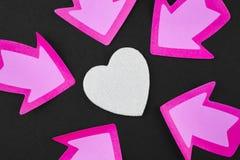 Fond de soins de santé avec des signaux de coeur et de flèche valentine Photos stock