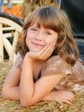 Fond de sourire d'automne de fille heureuse Image libre de droits