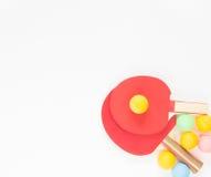 Fond de sport Raquettes rouges de ping-pong et boules varicolored Configuration plate, vue supérieure Photographie stock libre de droits