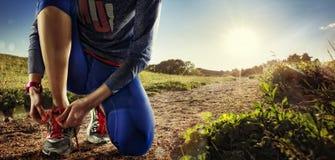 Fond de sport Repos de coureur de jeune femme images stock