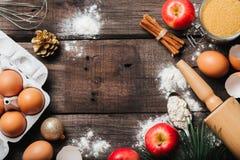 Fond de support de Noël avec des ingrédients pour la tarte aux pommes, les outils de cuisine et les décorations de cuisson image stock