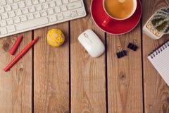 Fond de table de bureau avec la tasse de café et le clavier d'ordinateur Concept de lieu de travail ou d'espace de travail d'affa Images stock