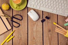 Fond de table de bureau avec la tasse de café, les crayons et le clavier d'ordinateur Concept de lieu de travail ou d'espace de t Image stock