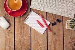 Fond de table de bureau avec la tasse, le carnet et le clavier de café Concept de lieu de travail ou d'espace de travail d'affair Images stock