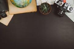 Fond de tableau de noir de vue supérieure d'accessoires de voyage avec l'espace de copie Photographie stock libre de droits