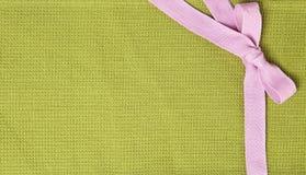 Fond de textile avec un ruban rose Images libres de droits