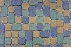 Fond de texture de pavé rond, grand plan rapproché horizontal détaillé, vert coloré, jaune, bleu, pierre de taille bronzage, gris Images stock