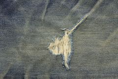Fond de texture de jeans déchiré vieux par bleu Image stock