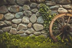 Fond de texture de mur en pierre avec la roue antique Image libre de droits