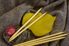 Fond de toile grise tricotée de la laine du ` s de chèvre faite avec le knitti Photos stock