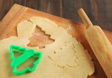 Fond de traitement au four avec des coupeurs de la pâte et de biscuit Photos stock