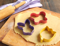 Fond de traitement au four avec des coupeurs de la pâte et de biscuit Photo stock
