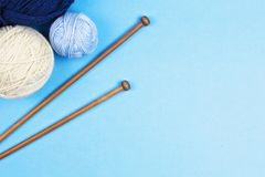 Fond de tricotage Aiguilles de tricotage et boules de fil coloré sur le fond blanc Photos libres de droits