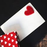 Fond de vacances avec des boîte-cadeau avec des coeurs, carte pour le messaag Photo libre de droits