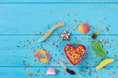 Fond de vacances avec de divers sucreries et bonbons image libre de droits