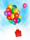 Fond de vacances avec les ballons et le cadeau colorés Photos libres de droits