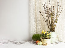 Fond de vacances avec les oeufs de pâques traditionnels, branche de saule Photographie stock libre de droits