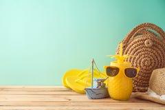 Fond de vacances d'été avec des accessoires de jus et de plage d'ananas sur la table en bois photos libres de droits