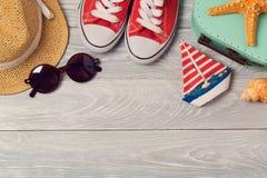 Fond de vacances d'été avec des chaussures, des lunettes de soleil et le chapeau sur le conseil en bois Photographie stock libre de droits