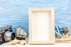 Fond de vacances d'été - cadre vide de photo avec le camer classique Image stock