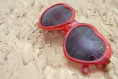 Fond de vacances d'été des lunettes de soleil sur un fond d'or Images libres de droits