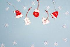 Fond de vacances d'hiver avec les décorations rouges sur le bleu L'espace FO Images stock